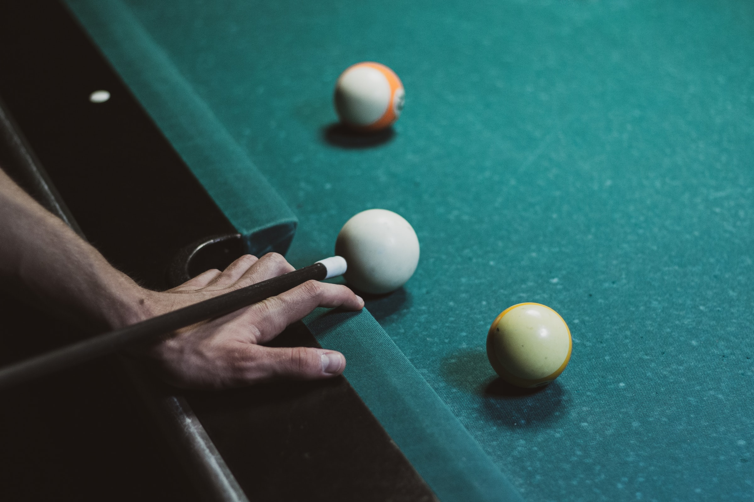 Hand aiming the cue ball